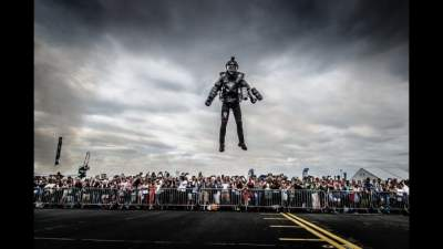 В США презентовали уникальный летающий костюм
