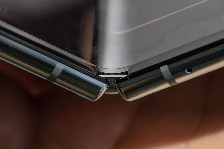 Вот почему дисплей Galaxy Fold казался пленкой, которую можно снять